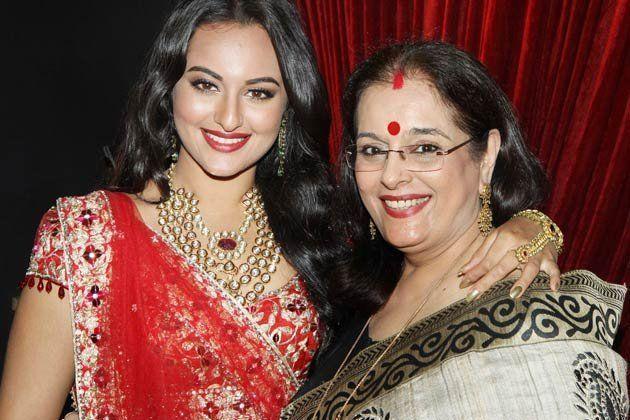 sonakshi-hugs-mom-poonam-sinha